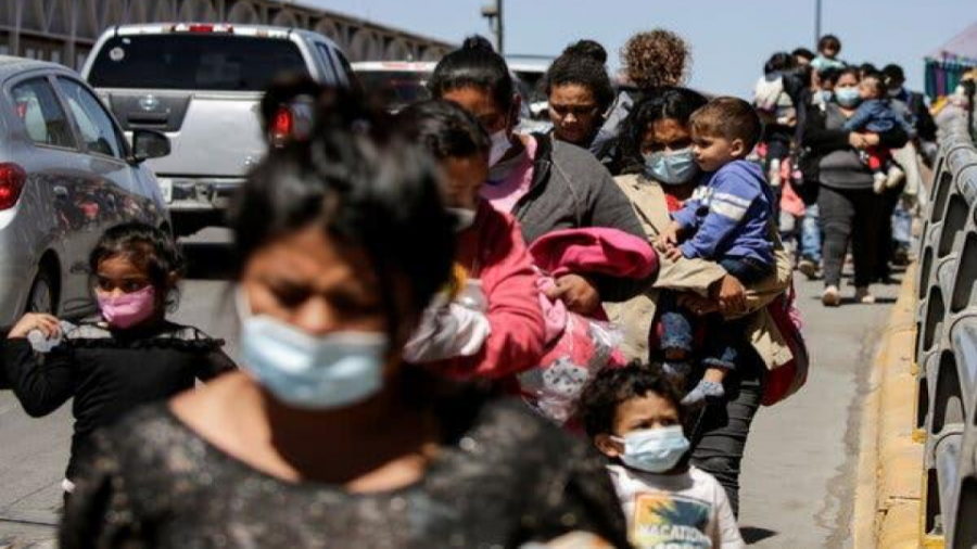 Asylum+seekers+from+Central+America+crossing+the+Paso+del+Norte+International+Bridge%2C+in+Ciudad+Juarez%2C+Mexico.+One+of+Ms.+Power%E2%80%99s+priorities+will+be+to+target+corruption%2C+violence%2C+and+poverty+in+the+region.